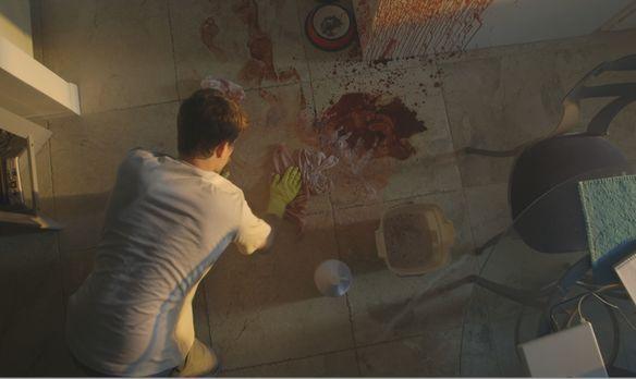 Killer Confessions - Joseph Roberts (Foto) reinigt den blutverschmierten Bode...
