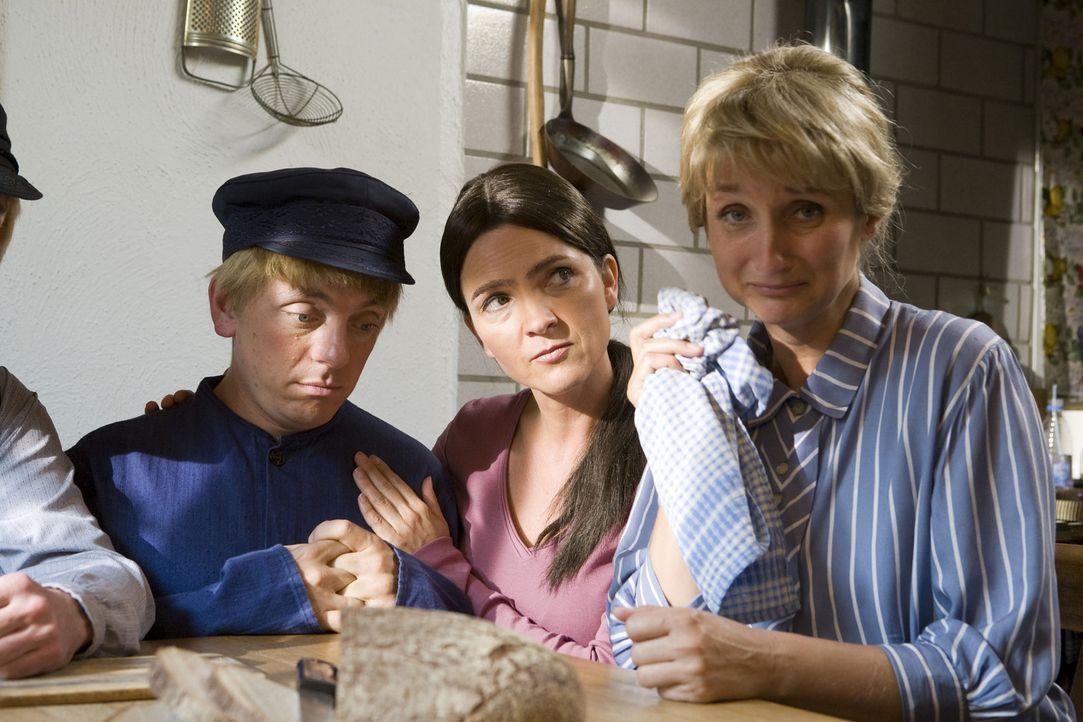 Einsatz für die Super Nanny (Susanne Pätzold, M.) in Lönneberga: Michel (Bernhard Hoëcker, l.) treibt seine Mutter (Petra Nadolny, r.) in den Wa... - Bildquelle: ProSieben