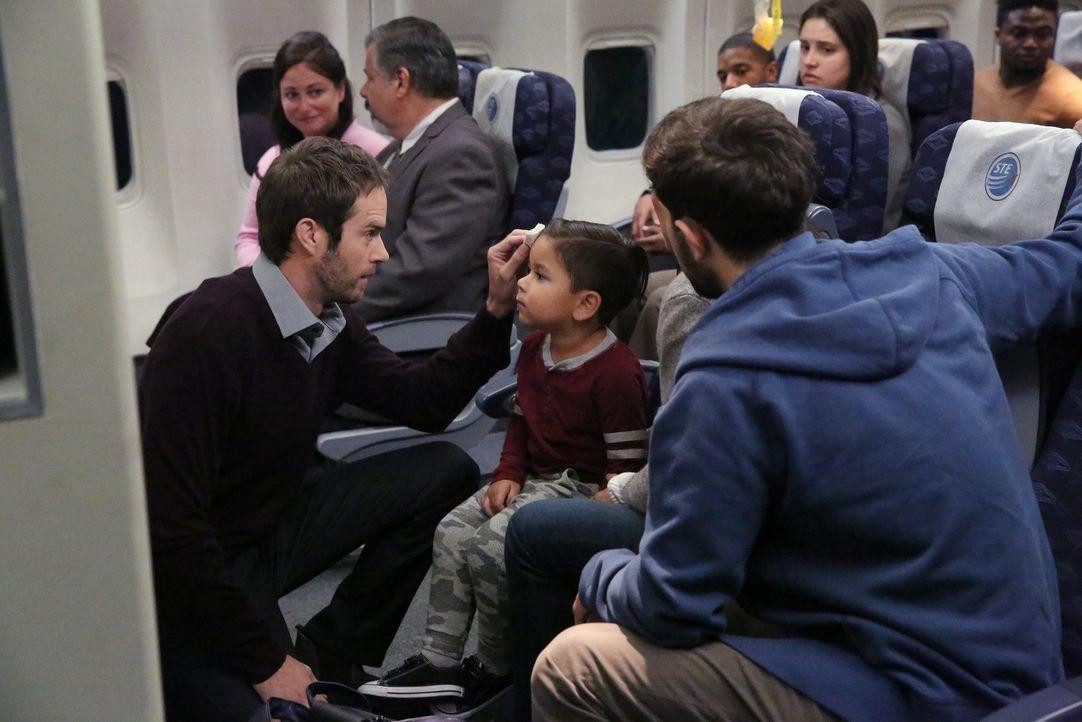 Harrison Peters (Callard Harris, l.) steht Diego (Ryan Soria, 2.v.l.) und den anderen Passagieren, sowie Meredith und Nathan zur Seite ... - Bildquelle: Mitch Haaseth 2017 American Broadcasting Companies, Inc. All rights reserved.