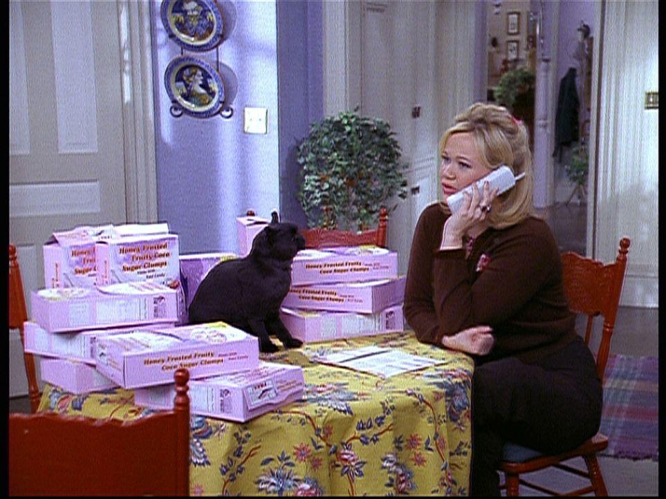 Hilda (Caroline Rhea) besorgt Salem Schachteldeckel, damit dieser ein Spielzeugraumschiff gewinnen kann. - Bildquelle: Paramount Pictures