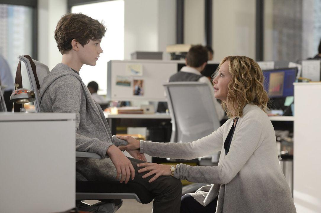 Cat (Calista Flockhart, r.) übergibt Kara die wichtige Aufgabe, sich um ihren Sohn Carter (Levi Miller, l.) zu kümmern, der sich als Supergirls größ... - Bildquelle: 2015 Warner Bros. Entertainment, Inc.