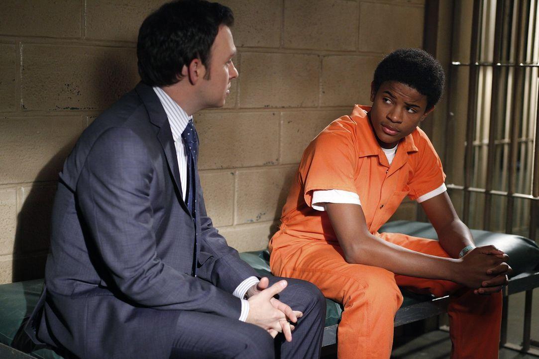 Adam (Nathan Corddry, l.) wird Zeuge wie Lewis bei einem Drive-By verwundet wird. Jedoch kommt der 16 Jährige Willie, dem verletzten Lewis sofort z... - Bildquelle: Warner Bros. Television