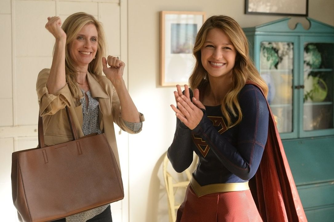 Als ihre Pflegemutter Eliza (Helen Slater) zu Thanksgiving zu Besuch kommt, findet sich Kara (Melissa Benoist, r.) in einem Familienstreit wieder, d... - Bildquelle: 2015 Warner Bros. Entertainment, Inc.