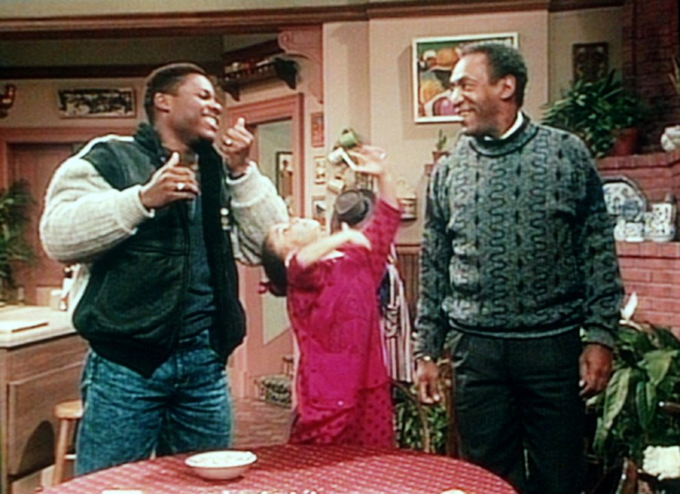 Oilvia (Raven Symone, M.), Theo (Malcolm-Jamal Warner, l.) und Cliff (Bill Cosby, r.) tun so, als ob sie eine Schokoladenwolke essen würden, die si... - Bildquelle: Viacom