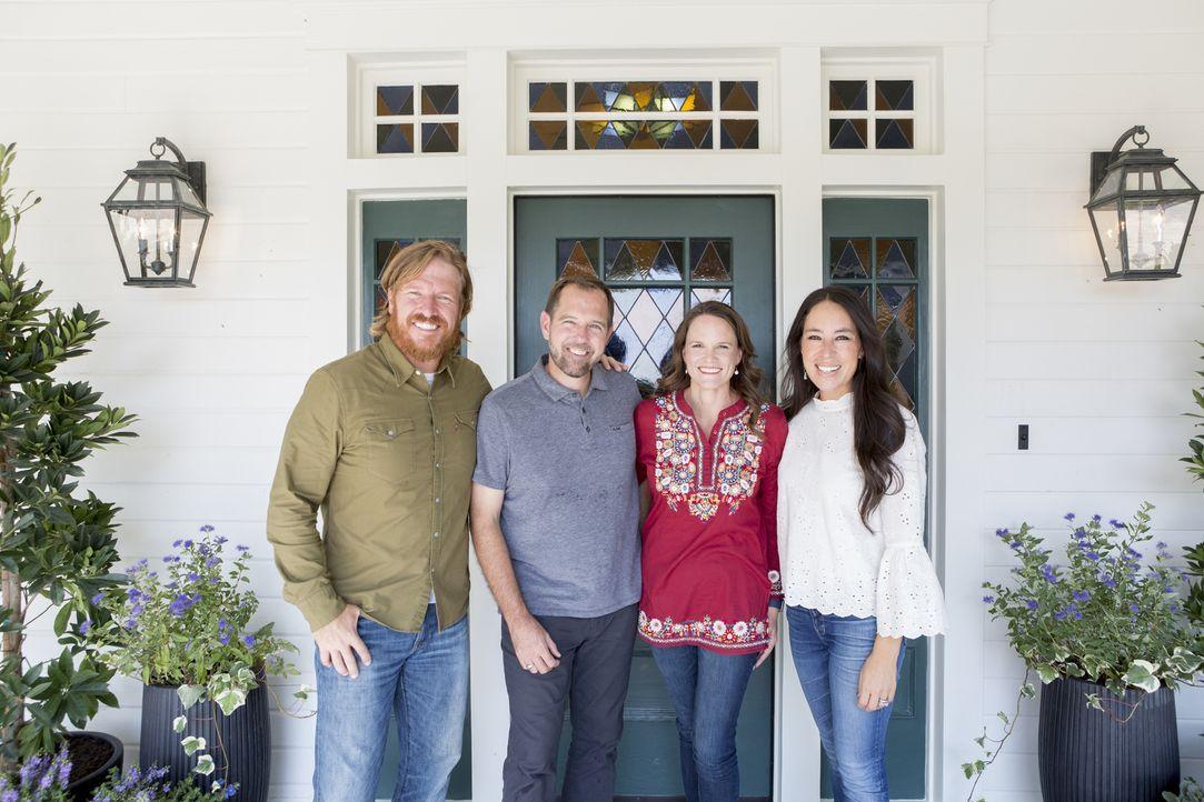 Charles (2.v.l.) und Brooke (2.v.r.) Ramsey setzen auf die talentierten Hände von Chip (l.) und Joanna (r.), denn ihr neues Zuhause haben sie noch v... - Bildquelle: 2017, Scripps Networks, LLC. All Rights Reserved.