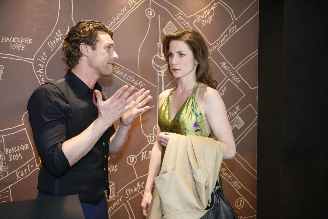 Toni (Ron Holzschuh, l.) hat Jana leidenschaftlich geküsst! Aber dann schiebt er sie abrupt von sich und behauptet, in Karin (Birge Funke, r.) verl... - Bildquelle: SAT.1