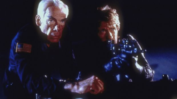 Colonel Alexander (Lee Marvin, l.) und Major Scott (Chuck Norris, r. ) versuc...