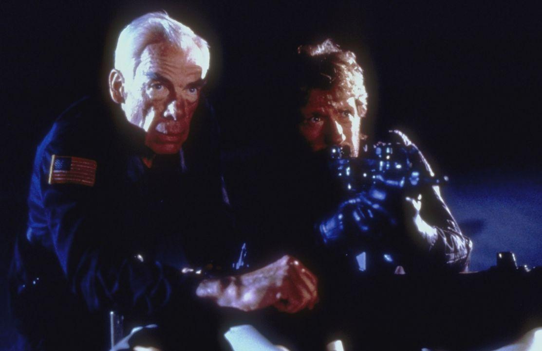 Colonel Alexander (Lee Marvin, l.) und Major Scott (Chuck Norris, r. ) versuchen verzweifelt, die Geiseln freizuschießen ...