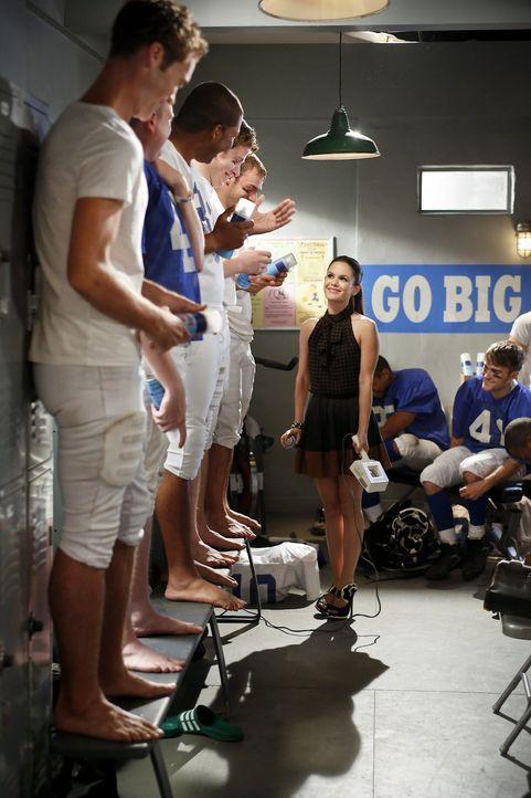 Als Zoe (Rachel Bilson, M.) das Football Team der High School ärztlich betreut, macht sie eine ernüchternde Entdeckung ... - Bildquelle: Warner Bros.