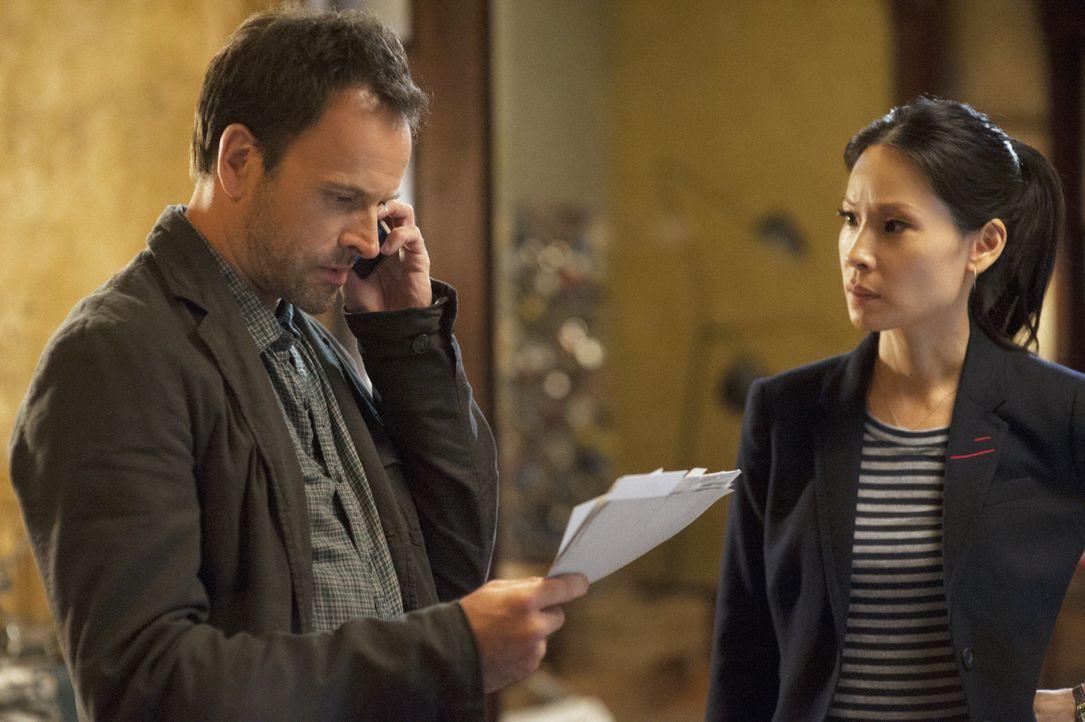 Auf der Suche nach dem Todesengel: Sherlock Holmes (Jonny Lee Miller, l.) und Joan Watson (Lucy Liu, r.) ... - Bildquelle: CBS Television