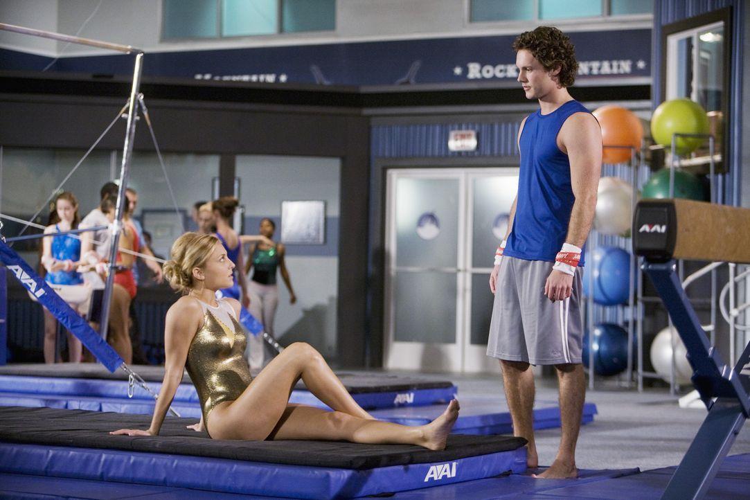 """Lauren (Cassie Scerbo, l.) hat dafür gesorgt, dass Carter (Zachary Abel, r.) wieder im """"Rock"""" trainieren darf, jedoch nur, um Kylie vom konzentrier... - Bildquelle: 2009 Disney Enterprises, Inc. All rights reserved."""