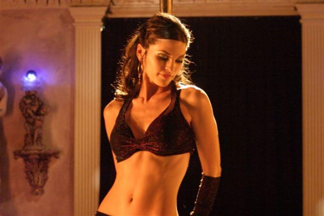 Eines Tages verliebt sich Lance in die Ex-Freundin eines Kunden: Stripperin Sophia (Alana De La Garza) verdreht Mr. Fix It gehörig den Kopf ... - Bildquelle: First Look International