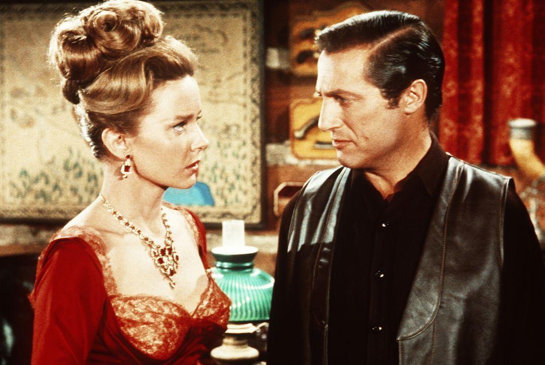 Comtesse Elena (Claire Griswold, l.) trifft nach Jahren ihren einstigen Geliebten Prinz Wladimir (Lloyd Bochner, r.) wieder, der nunmehr als Dieb ar... - Bildquelle: Paramount Pictures
