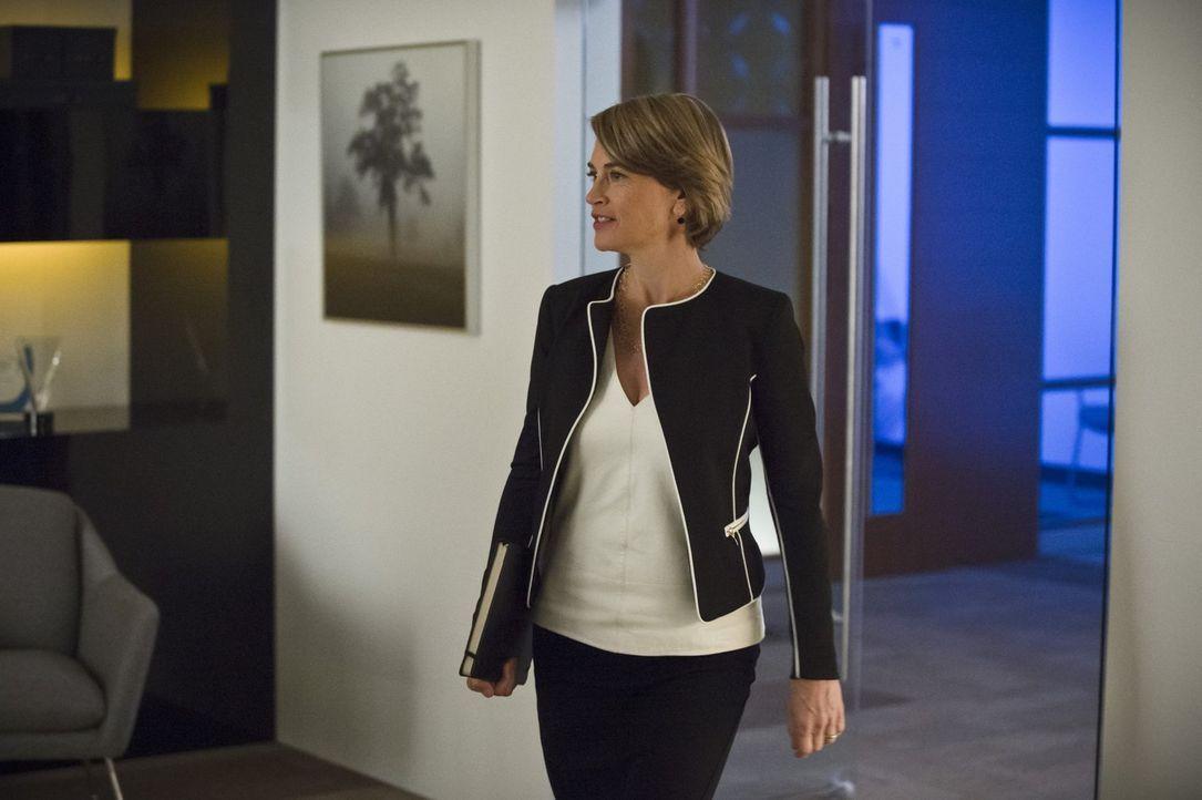 Dr. McGee (Amanda Pays) weiß, wer für die Bienenangriffe verantwortlich ist, aber von Flash und seinem Team will sie sich nicht helfen lassen ... - Bildquelle: Warner Brothers.