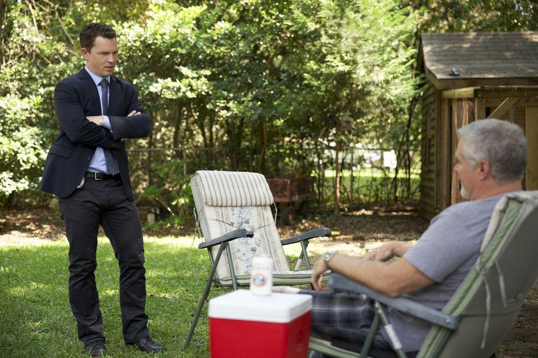 Das Zusammenleben mit seinem Vater Pat (David Keith, r.) ist für Terry (Shawn Hatosy, l.) nicht immer einfach ... - Bildquelle: 2013 CBS BROADCASTING INC. ALL RIGHTS RESERVED.