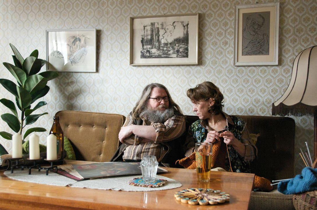 Toms Eltern (Michael Schweighöfer, l. und Gitta Schweighöfer, r.) finden die Idee, dass ihr Sohn in die USA reisen will, total bekloppt ... - Bildquelle: Sony Pictures Television Inc. All Rights Reserved.