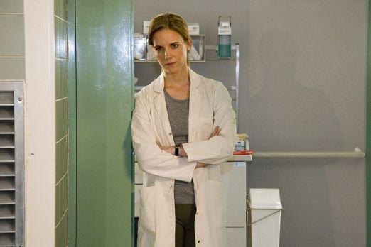 Klinik am Alex - Luisa (Jana Voosen) denkt an ihren Albtraum ... - Bildquelle...