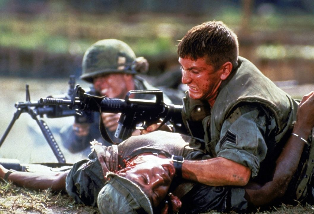 Vergeblich versucht Meserve (Sean Penn, r.) dem verblutenden Soldaten Brown (Erik King, unten) das Leben zu retten ... - Bildquelle: Columbia Pictures
