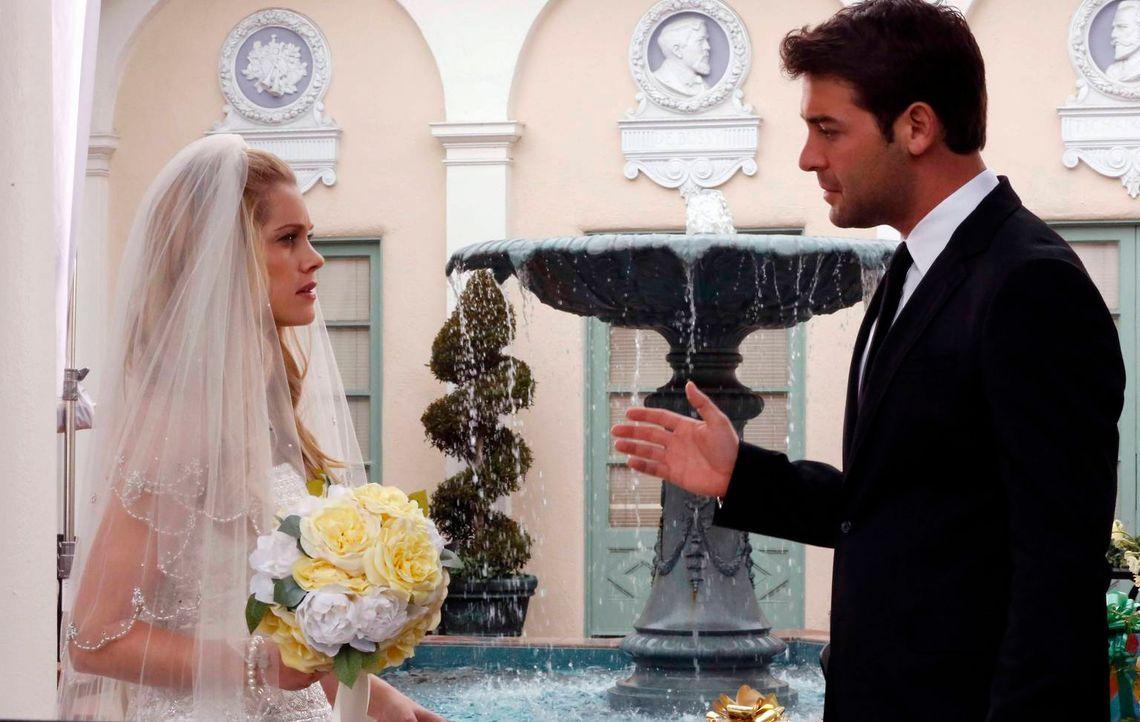 Zach (James Wolk, r.) ahnt nicht, dass Melora (Missi Pyle, l.) die Braut ist, als sie ihn bittet, sie auf eine Hochzeit zu begleiten ... - Bildquelle: 2014 Twentieth Century Fox Film Corporation. All rights reserved.