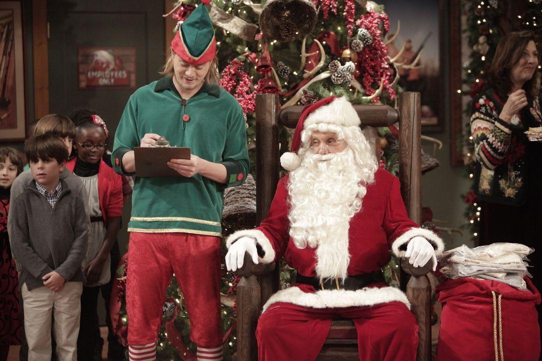 Ed (Hector Elizondo, r.) und Kyle (Christoph Sanders, l.) beteiligen sich an einer Weihnachtsüberraschung ... - Bildquelle: 2014 Twentieth Century Fox Film Corporation. All rights reserved.
