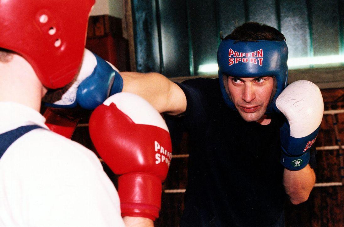 Kommissar Alexander Brandtner (Gedeon Burkhard, r.) hält sich durch intensives Boxtraining fit. - Bildquelle: Ali Schafler Sat.1