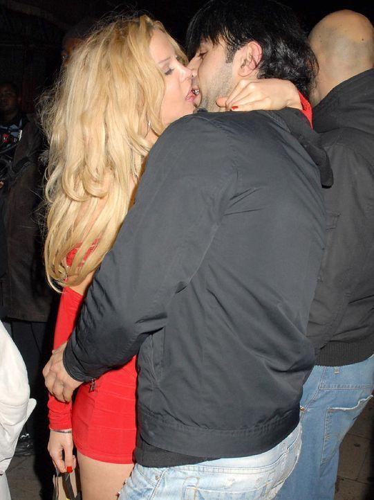 alicia-douvall-06-12-05-kuss-WENN - Bildquelle: WENN