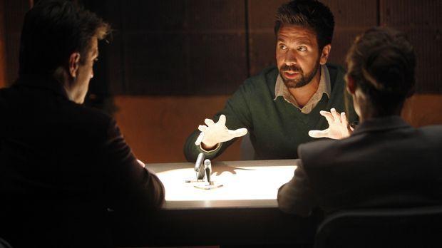 Die Geschichte, die der Verdächtige Simon Doyle (Joshua Gomez, M.) auf Lager...