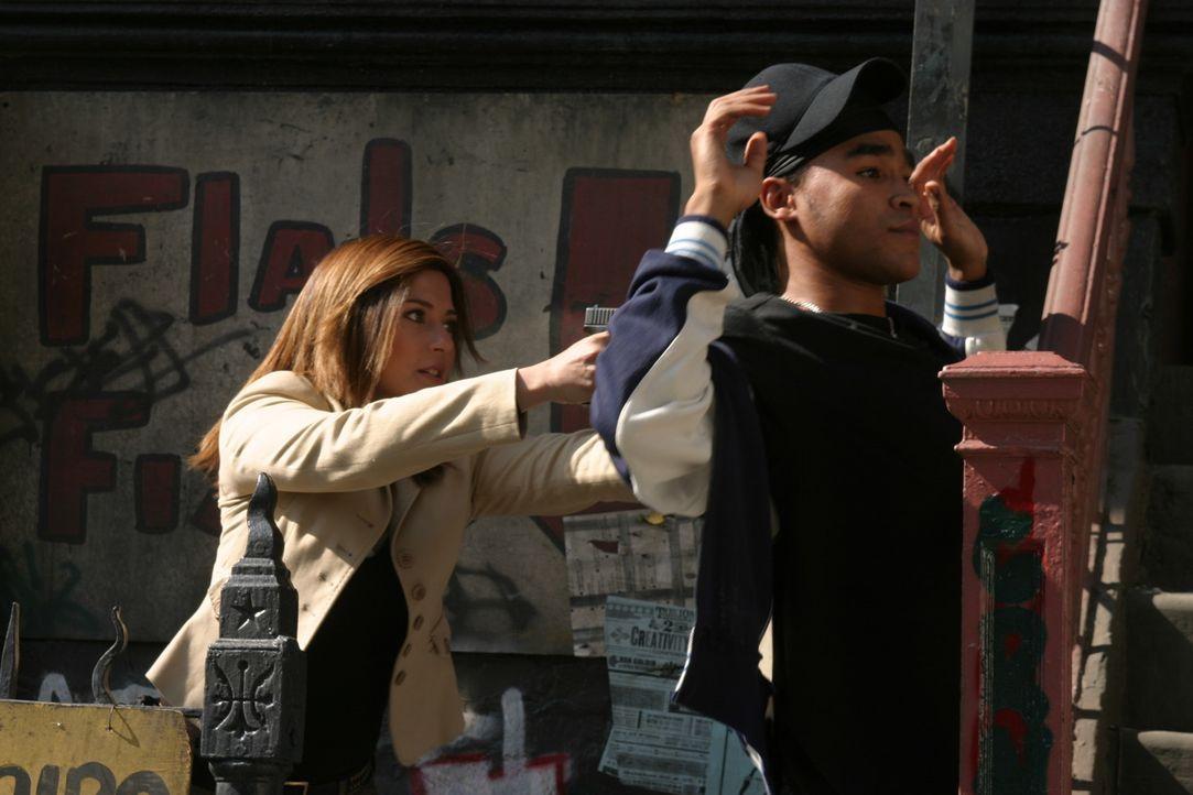 Ein junger Schwarzer - offenbar Gangmitglied - ist erschossen worden. Detective Karen Bettancourt (Marisol Nichols, l.) will einen Verdächtigen (Da... - Bildquelle: TM &   2006 CBS Studios Inc. All Rights Reserved.