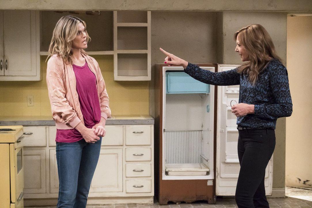 Bonnie (Allison Janney, r.) greift Natasha (Missi Pyle, l.) unter die Arme, als diese glaubt, der Mutterrolle nicht gewachsen zu sein ... - Bildquelle: 2017 Warner Bros.