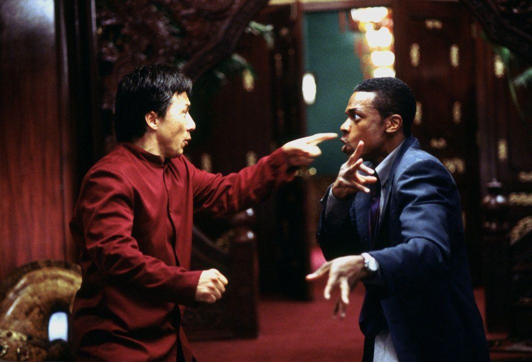 Wie Feuer und Wasser: Los Angeles Polizist James Carter (Chris Tucker, r.) und Hongkong Inspektor Lee (Jackie Chan, l.) ... - Bildquelle: Warner Bros.