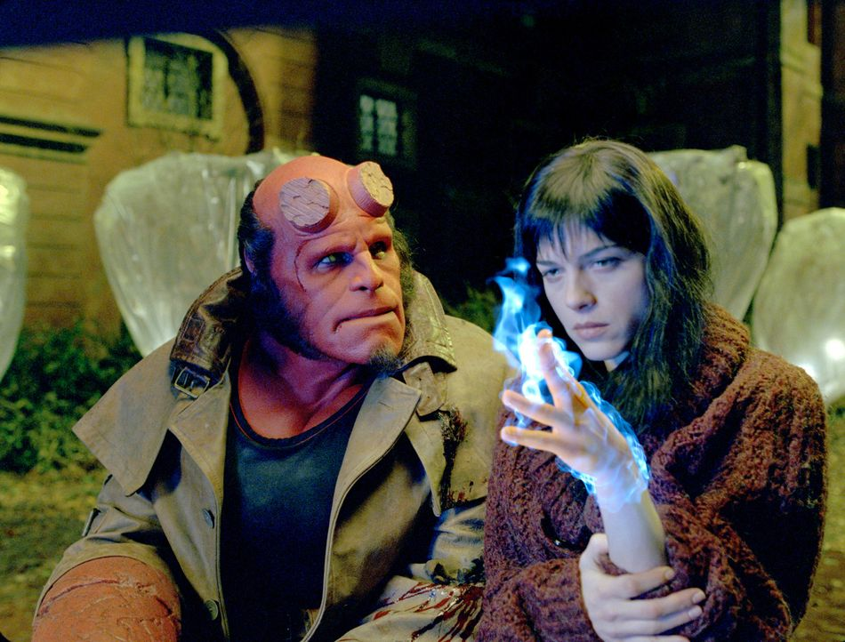 Feuer und Flamme ist Hellboy (Ron Perlman, l.) Liz Sherman (Selma Blair, r.), die, wie er auch, über übernatürliche Kräfte verfügt. Ihre Fähig... - Bildquelle: Sony Pictures Television International. All Rights Reserved.