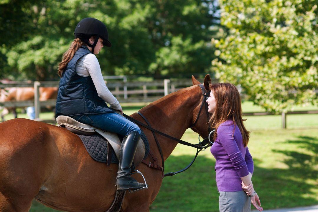 Megan (Dana Delany, r.) trifft ihre Tochter (Mary Mouser, l.) - eine erste Annäherung zwischen den beiden ... - Bildquelle: 2010 American Broadcasting Companies, Inc. All rights reserved.