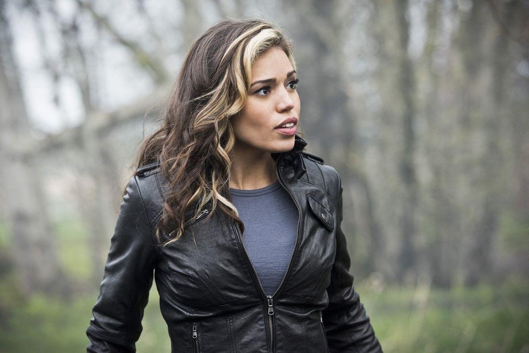 Kendra (Ciara Renée) versucht, Savage zu entkommen und schickt eine geheime Nachricht durch die Zeit. Doch währenddessen arbeitet Savage bereits dar... - Bildquelle: 2015 Warner Bros.