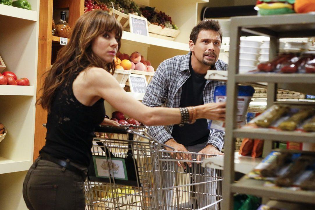 Ein Einkauf wird für George (Jeremy Sisto, r.) und Nora (Natasha Leggero, l.) zu einem Versteckspiel vor Dallas ... - Bildquelle: Warner Brothers