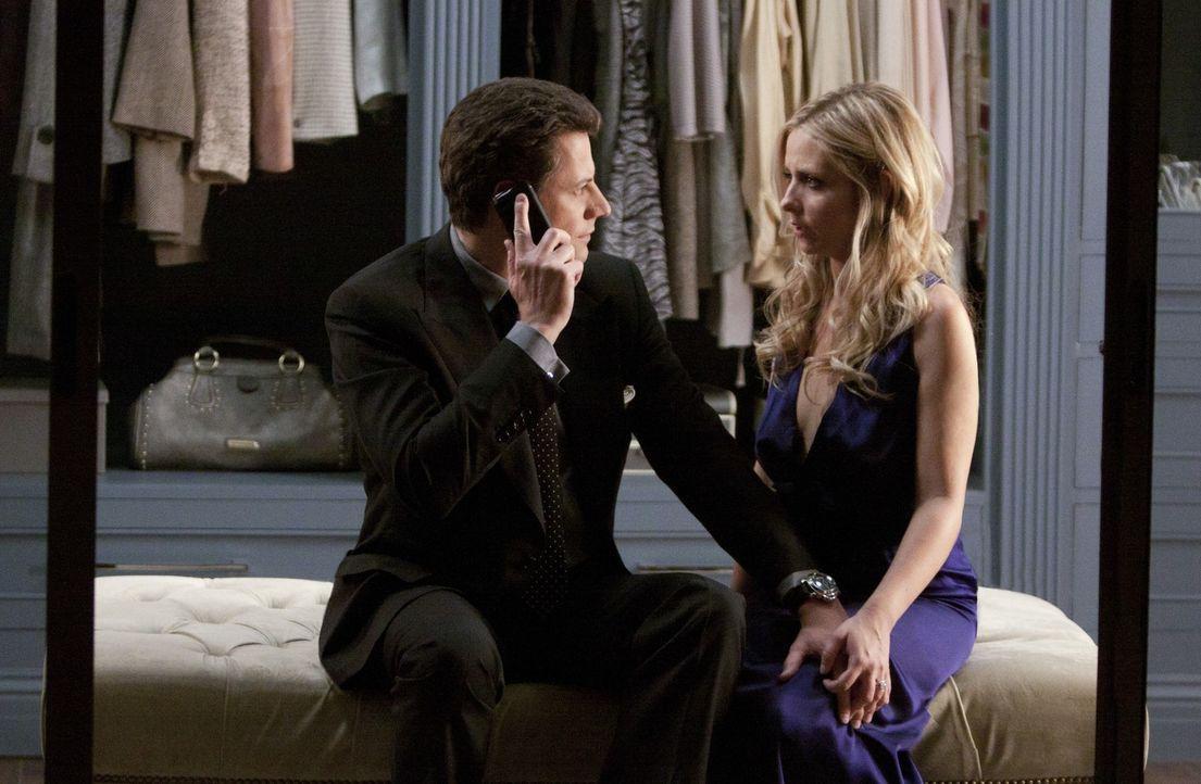 Gerade als sich Bridget (Sarah Michelle Gellar, r.) und Henry (Kristoffer Polaha, l.) näherkommen, erhält er eine beunruhigende Nachricht ... - Bildquelle: 2011 THE CW NETWORK, LLC. ALL RIGHTS RESERVED
