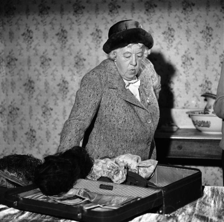 Miss Marple (Margaret Rutherford) wird als Schöffin bei einer Gerichtsverhandlung eingesetzt. Dort wird verhandelt, ob der Angeklagte wirklich seine... - Bildquelle: Warner Brothers