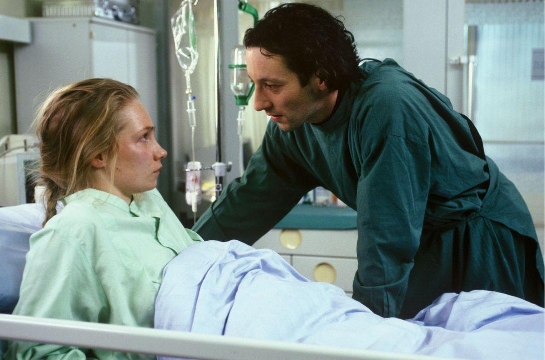 Nach einer plötzlichen Hirnhautentzündung erwacht Annette Wendland (Gundula Köster, l.) linksseitig gelähmt aus dem Koma. Ihr Bruder Tobias (Oli... - Bildquelle: Noreen Flynn Sat.1