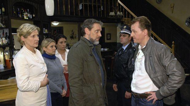 Annas Vater wird von der Polizei überrascht... v.l.n.r.: Susanne (Heike Jonca...