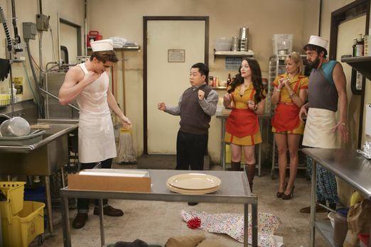 2 Broke Girls - Wet T-Shirt Contest: Nash (Austin Falk, l.) lässt Han (Matthe...