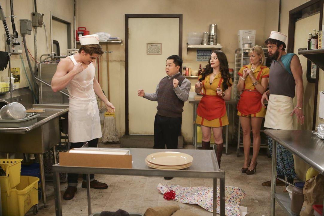 Wet T-Shirt Contest: Nash (Austin Falk, l.) lässt Han (Matthew Moy, 2.v.l.), Caroline (Beth Behrs, 2.v.r), Oleg (Jonathan Kite, r.) staunend und Max... - Bildquelle: Warner Bros. Television