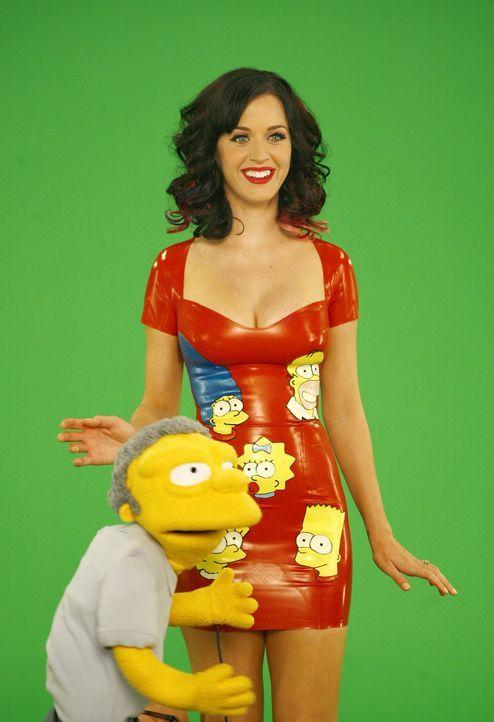 Endlich mal eine Frau nach Moe's (l.) Geschmack: Katy Perry (r.) ist zu Gast bei den Simpsons. - Bildquelle: und TM Twentieth Century Fox Film Corporation - Alle Rechte vorbehalten