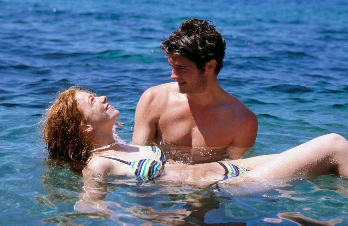 Weil er ihr das Schwimmen und Fliegen nahe bringt, verliert Julia (Marleen Lohse, l.) schon bald ihr Herz an den einfühlsamen Tom (Frederic Welter,... - Bildquelle: Nadja Klier ProSieben