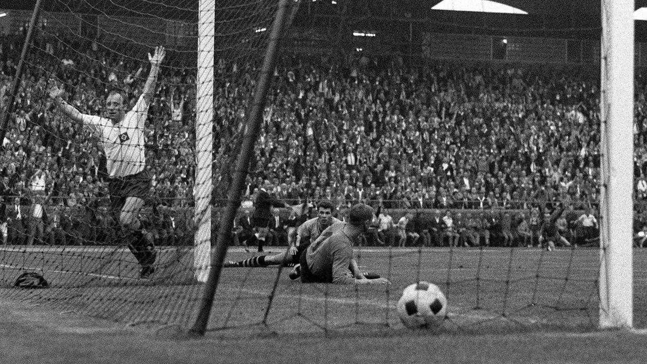 Drei Tore in einem Pokalendspiel: U. Seeler, Wohlfahrt, Lewandowski - Bildquelle: Imago