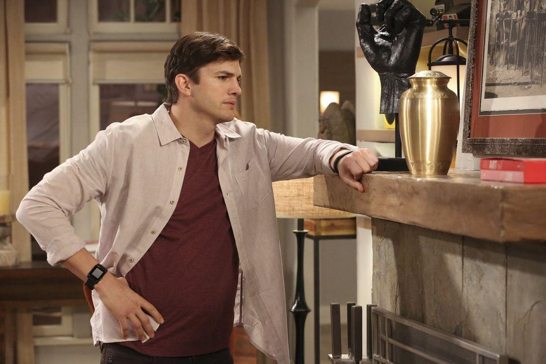 Walden (Ashton Kutcher) wendet sich an die Asche von Jennys Vater und bittet ihn, ihm irgendein Zeichen zu geben, damit sein Leben nicht in die fals... - Bildquelle: Warner Brothers Entertainment Inc.