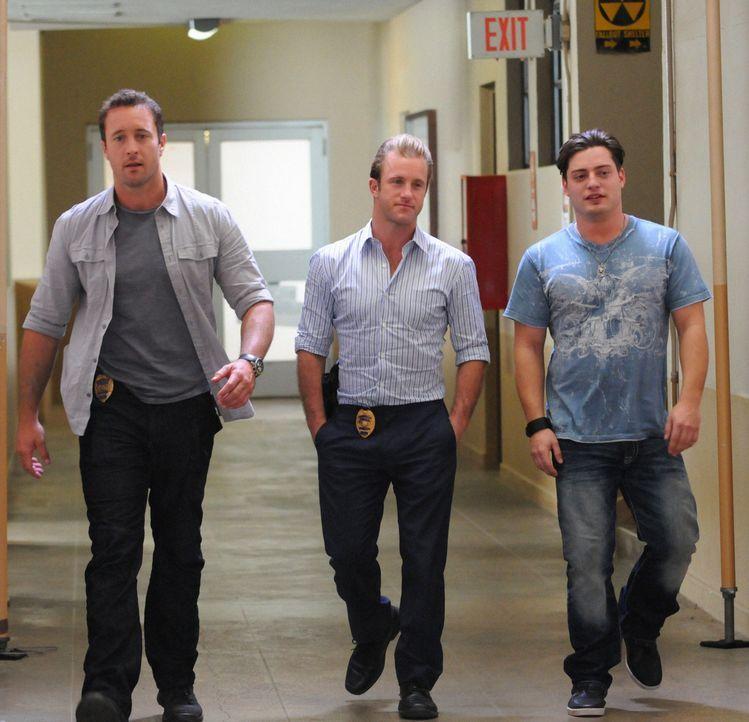 Bei den Ermittlungen in einem neuen Mordfall werden Steve (Alex O'Loughlin, l.) und das Team von Dannys Neffen Eric (Andrew Lawrence, r.) begleitet,... - Bildquelle: 2012 CBS Broadcasting, Inc. All Rights Reserved.