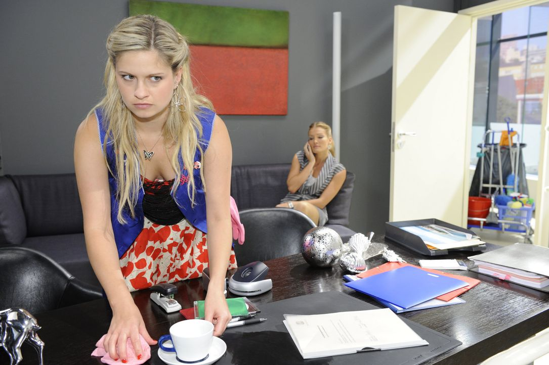 Mia (Josephine Schmidt, l.) meint zu begreifen, dass Alexanders Zuneigung Annett (Tanja Wezel, r.) gehört und zieht sich enttäuscht zurück. Aller... - Bildquelle: SAT.1