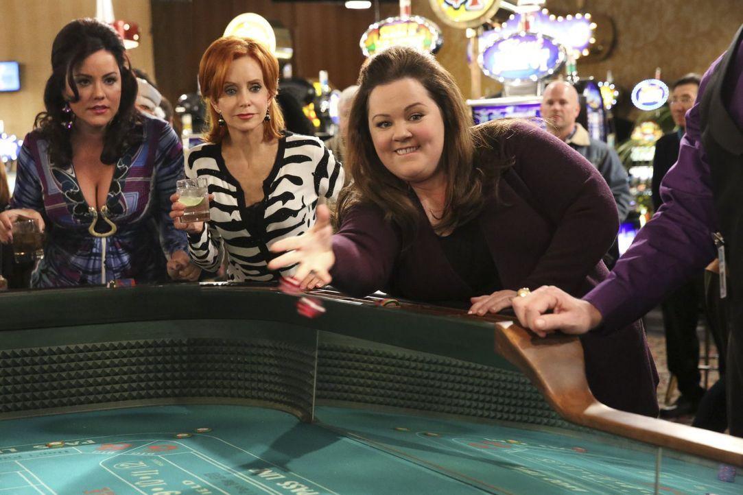 Im Goldrausch: Victoria (Katy Mixon, l.), Joyce (Swoosie Kurtz, M.) und Molly (Melissa McCarthy, r.) lassen es im Riverboat-Casino so richtig krache... - Bildquelle: Warner Brothers