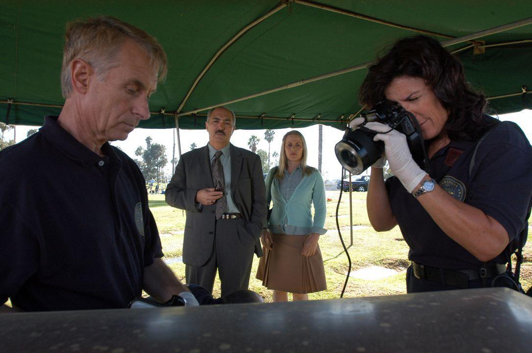 Allison (Patricia Arquette, 2.v.r.) und Devalos (Miguel Sandoval, 2.v.l.) beobachten ihre Kollegen bei der Arbeit ... - Bildquelle: Paramount Network Television