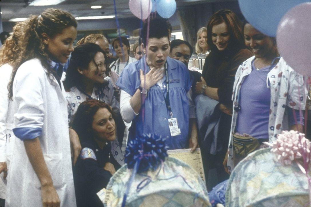 Hathaway (Julianna Margulies, M.) bekommt von der Station einen Kinderwagen für ihre Zwillinge geschenkt. - Bildquelle: TM+  2000 WARNER BROS.