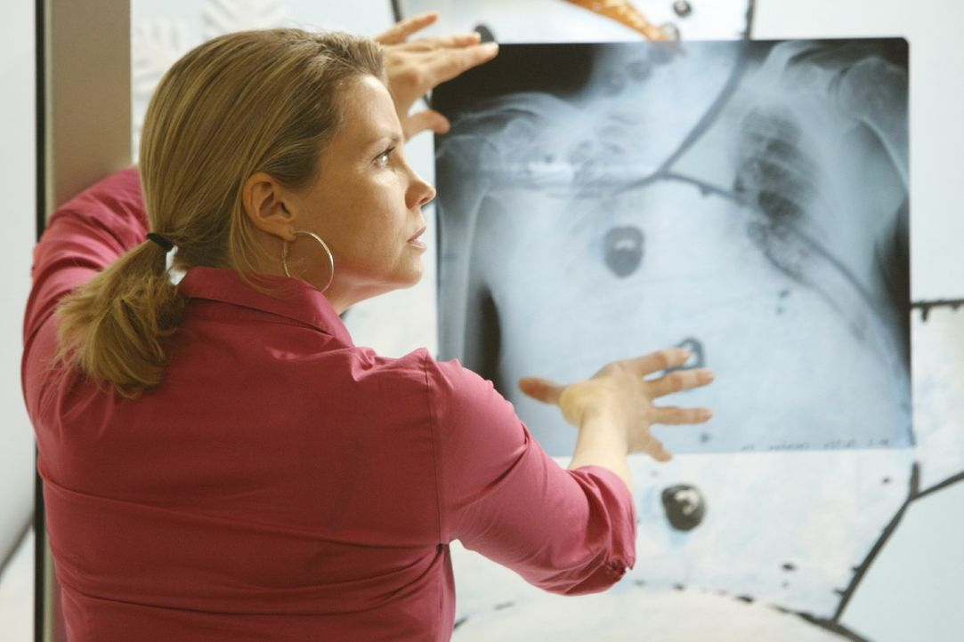 Um ihre Mandantin richtig vertreten zu können, lässt sich Danni (Annette Frier) deren Krankenakte geben - und bekommt bei der Diagnose überrasche... - Bildquelle: SAT.1